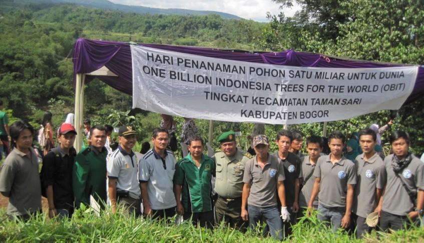 """Staf YIARI Ciapus mengikuti acara Hari Penanaman pohon """"Penanaman Satu Milliard Untuk Dunia"""