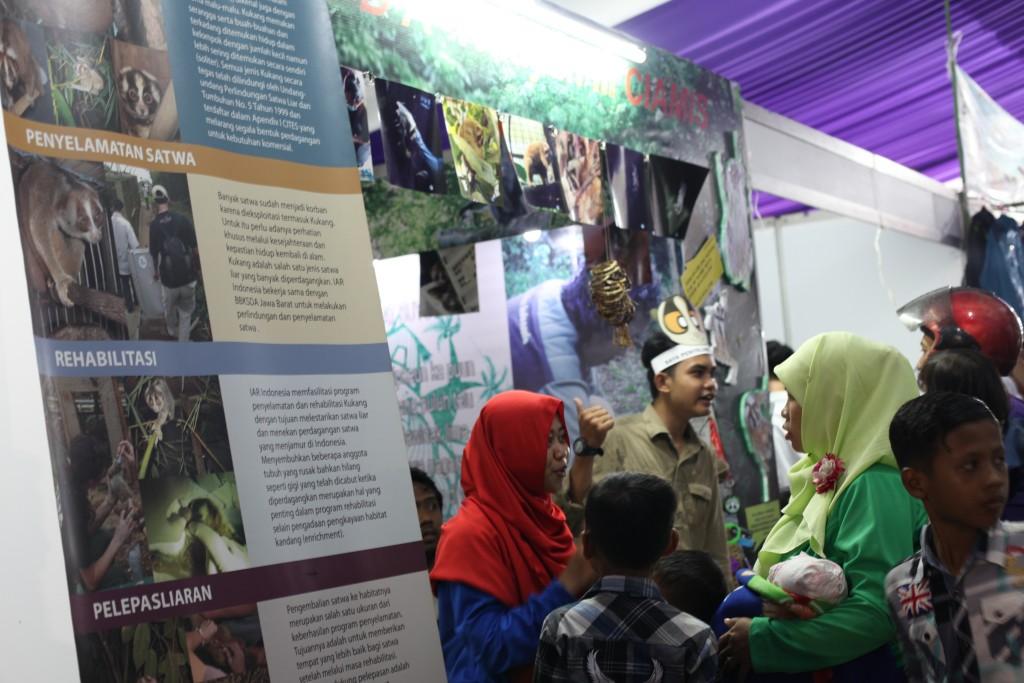 Kader Konservasi BKSDA Wilayah II Ciamisdan tim edukator YIARI menyampaikan informasi mengenai kukan dan tantangan konservasinya kepada pengunjung Pameran Pekan Raya Ciamis, Rabu,01 Juni 2016.