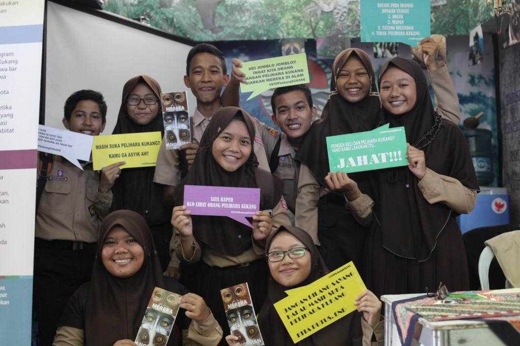 Foto bersama pengurus OSIS SMP Negeri 4 Ciamis sebagai aksi kampanye mendukung upaya konservasi kukang.