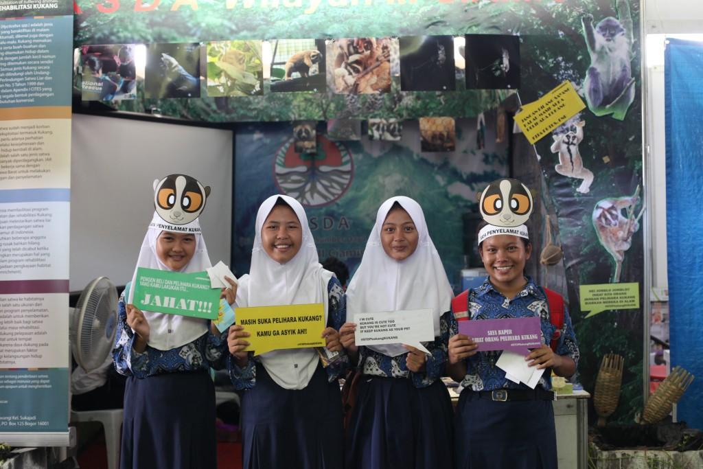 Aksi kampanye siswi SMP Negeri 5 Ciamis mendukung upaya konservasi kukang.