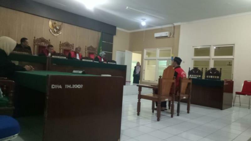 Proses persidangan terdakwa AL di Pengadilan Negeri Pontianak, Rabu (03/01/2018). Foto: Istimewa