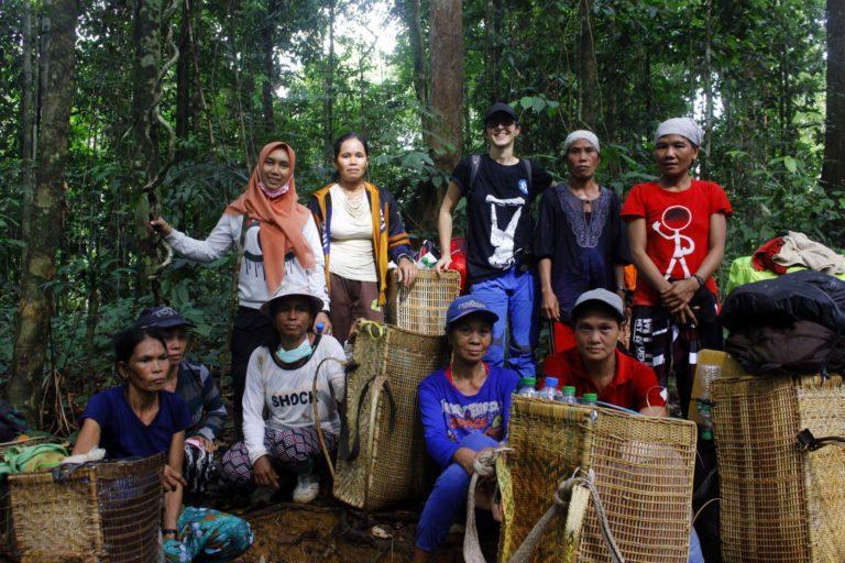 Perempuan-perempuan hebat yang menjadi porter logistik tim pelepasliaran orangutan di TNBBBR.