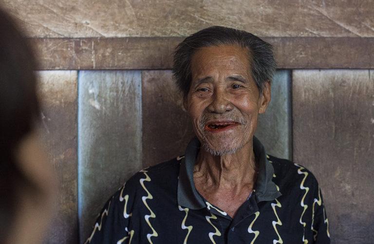 Pak Udat tersenyum saat berbincang dengan tim IAR Indonesia di Dusun Juoi, kawasan TNBBBR.